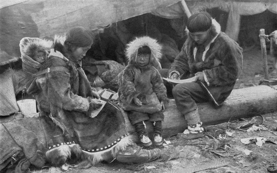 Famille inuit, 1917. Photographie parue dans National Geographic Magazine, Volume 31 (1917) © George R. King